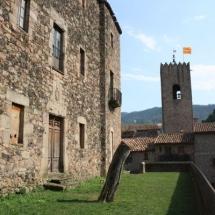 que-ver-en-santa-pau-espana-castillo-iglesia